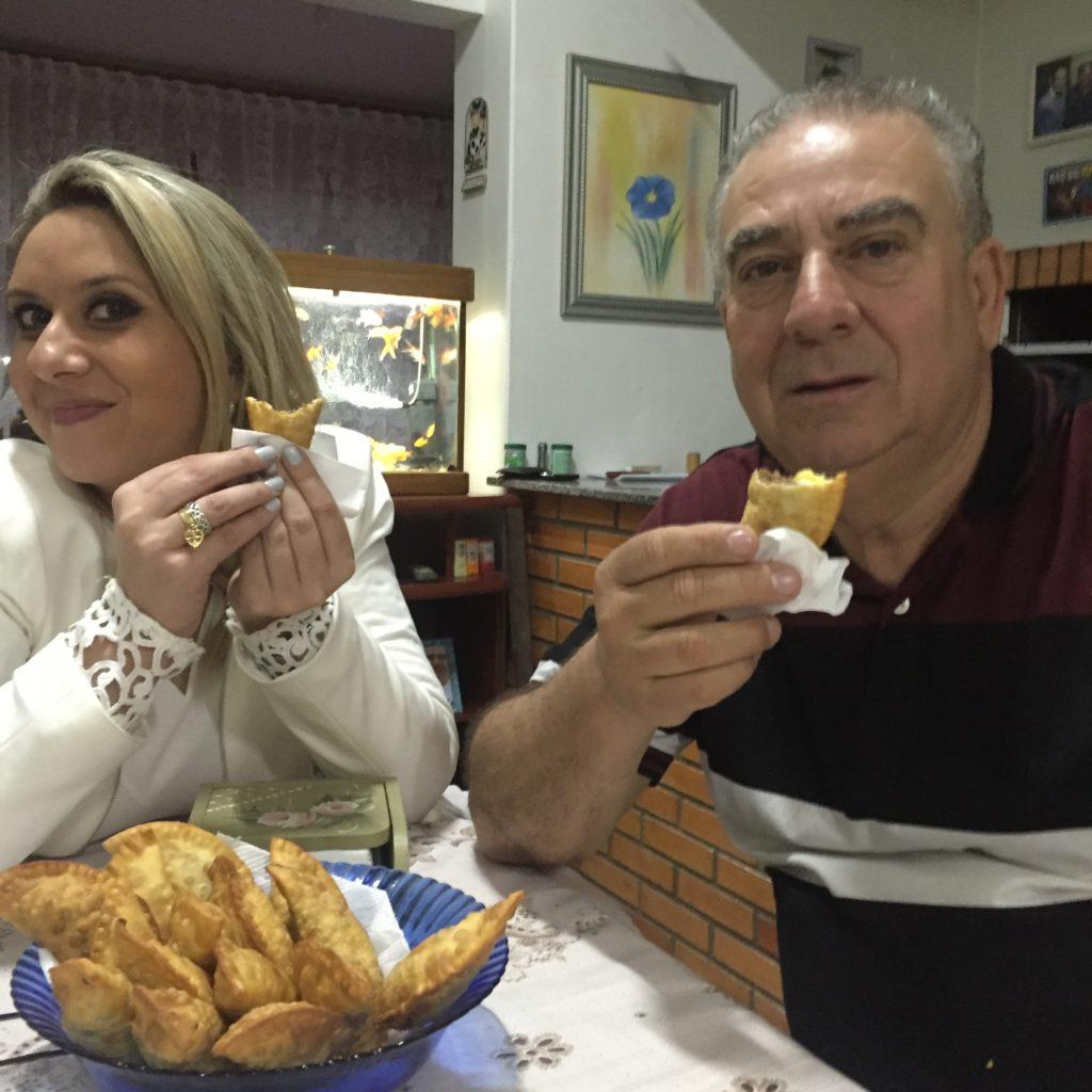 debora-de-oliveira-pai-comendo-pastel