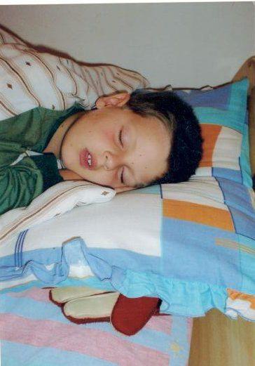 goleiro-dorme-com-a-luva-deboradeoliveira